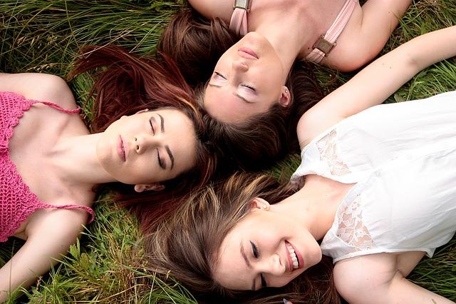 Drei Mädchen im Gras